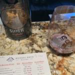 Michael David Weinflasche Sloth während der Weinprobe